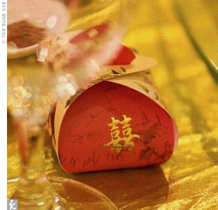 The couple gave out a pair of mini pineapple tarts (a popular dessert in Taiwan) to each guest as favors. The tiny confections were packaged in a small purse-like box and imprinted with Chinese-style illustrations of two birds sitting on branches and a gold double happiness seal.