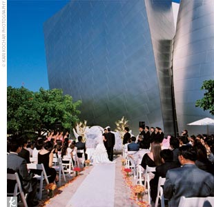 Rose and Ethan had their ceremony in the garden area of the Walt Disney Concert Hall. A rose petal–shaped fountain made completely from broken pieces of Royal Delft China was the focal point at the altar.