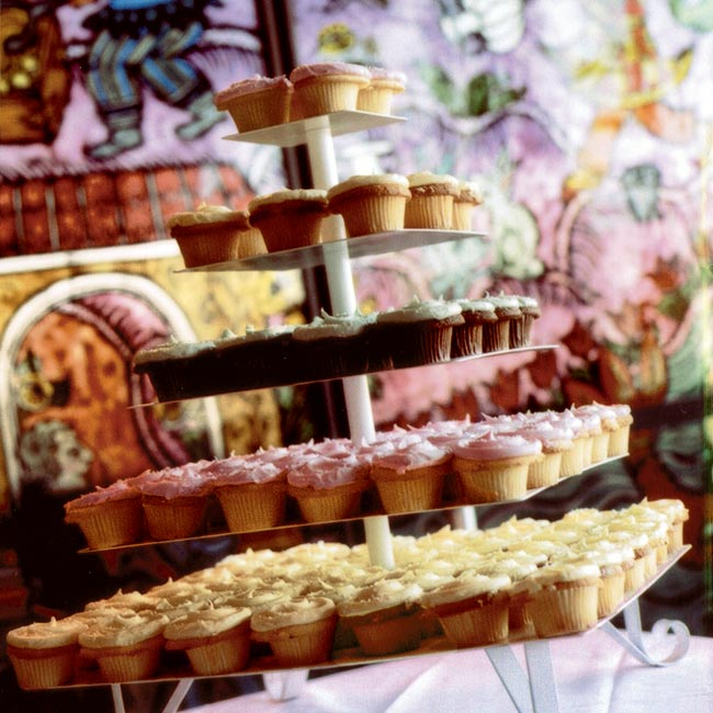 Instead of a cake, the couple served three kinds of cupcakes (lemon with lemon frosting, yellow cake with buttercream frosting, and chocolate with mint frosting) as well as sorbet (mango, raspberry, and lemon basil), which were passed around to guests on trays.