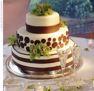 The classy combo was evident everywhere from the signature cocktail (a mojito) to the cake (featuring brown stripes, polka dots, and fresh green orchids).