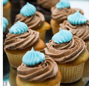 Rather than a traditional wedding cake, Liz and Jason opted for chocolate and vanilla cupcakes in their wedding colors.
