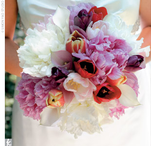 Jessica carried a vibrant bouquet of purple and red tulips -- her favorite flower -- combined with pink and white peonies and white lilies.