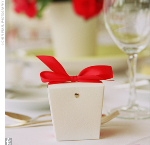 Guests took home mint-flavored white chocolates placed in small, white take-out boxes and wrapped in red ribbon.