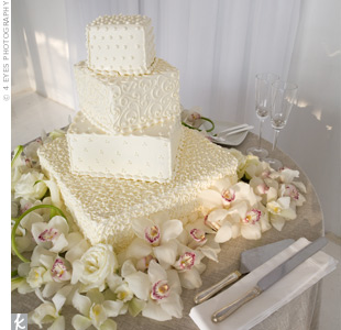 Shari and Evan chose a cake that boasted slightly different delicate patterns on each tier. In addition, each layer was placed off-kilter to add depth to the confection.