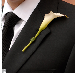 David added a simple, single calla lily as his boutonniere.