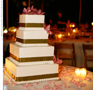 Moss green ribbon trimmed each tier of the white cake.