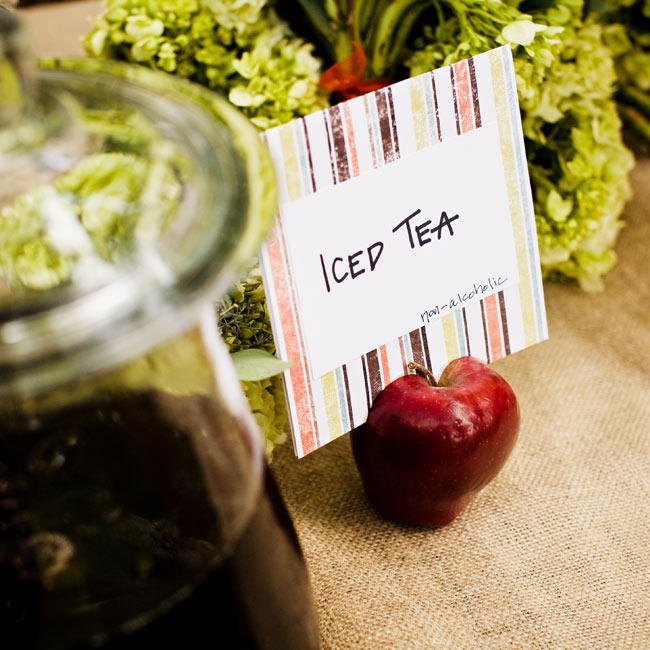 An apple held a checkered card that directed guests to the refreshment of choice: iced tea.