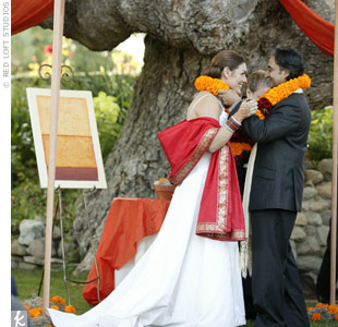 Laurie and Anil exchanged traditional Indian milni and jaimala garlands during the ceremony.
