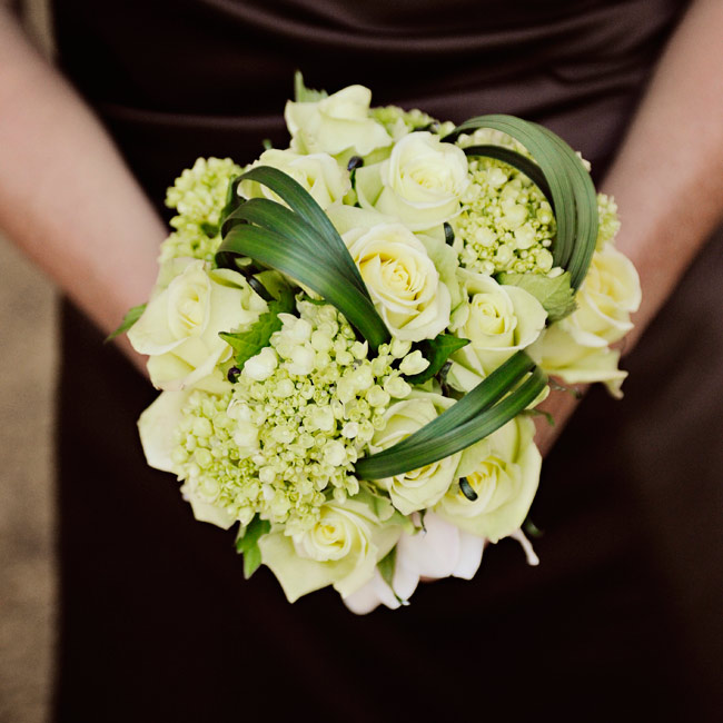 Blades of bear grass fashioned into stylish swirls set the bridesmaids' bouquets apart from the bride's.