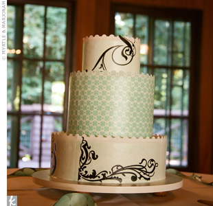 Scalloped edges and alternating designs on the tiers made this cake modern.
