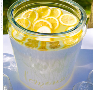 Guests sipped lemonade from Mason jars to cool off before the ceremony.