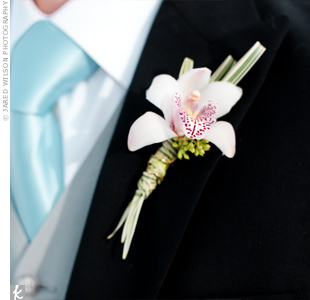 Hilario wore a single cymbidium orchid on his lapel to match Alicia's bouquet.
