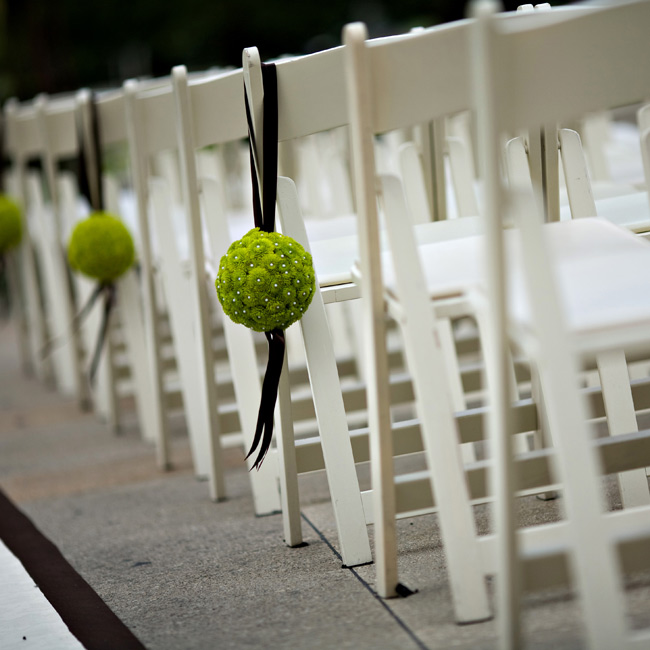 Simple green pomanders added pops of color along the aisle.