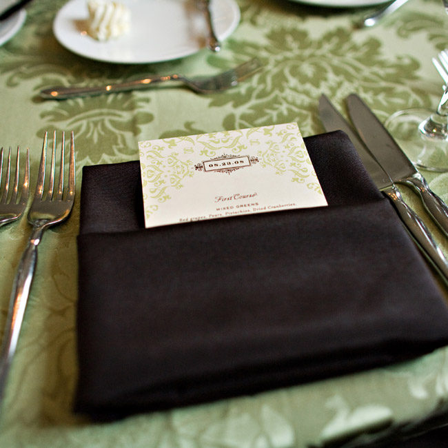 Damask-printed menus tucked into brown napkins created a cool contrast.