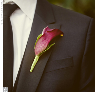 Adam wore a wine-colored mini calla lily boutonniere to match the ones in Denas bouquet, which consisted solely of the deep-hued bloom.