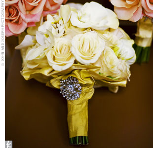 A star-shaped brooch on the wrap added sparkle to Jessica's bouquet of roses, orchids, and calla lilies.