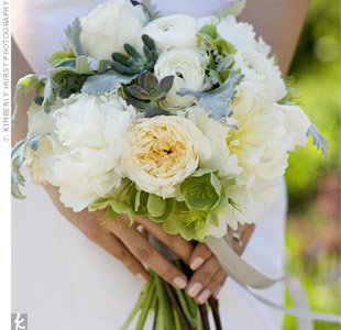 Helen carried a romantic yet organic mix of garden roses, ranunculus, peonies, and succulents.