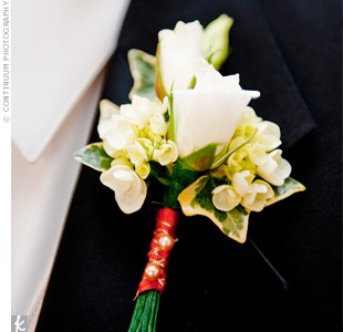 Matt wore mini roses wrapped in rust-colored ribbon with two coral pearls to match the bridesmaid dresses.