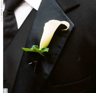 On their lapels, Buck and his groomsmen all donned single calla lilies with the stems wrapped in black satin.
