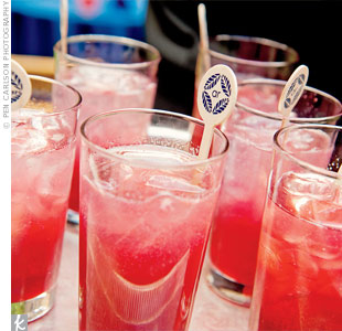 While they mingled during cocktail hour, guests sipped raspberry Collins.