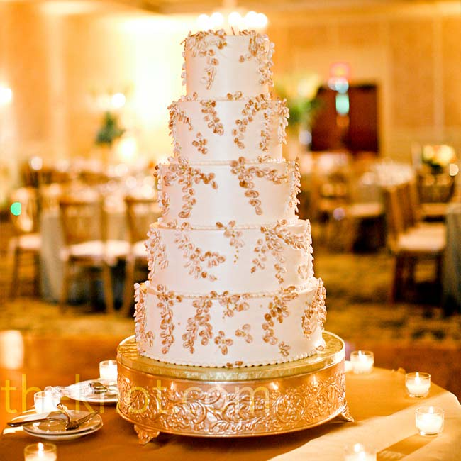The sugar branches that decorated Sonya and Eoin's five-tiered, white wedding cake added texture, a touch of glitz, and an elegant look.