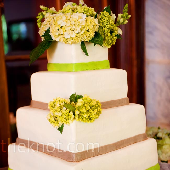 Bands of green and brown icing tied the white wedding cake into the rest of the décor. Fresh hydrangeas gave it a romantic touch.