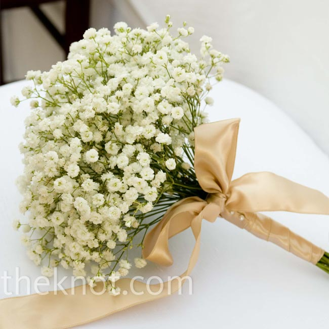 Hinako carried a bouquet of delicate baby's breath wrapped with champagne ribbon.