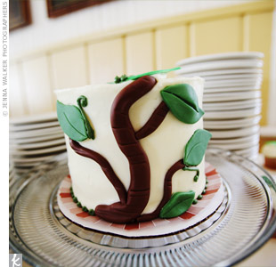 Since their guests would be eating cupcakes, Andrea and Scott cut into a small cake decorated with a fondant branch and leaves to match their mountain town décor.