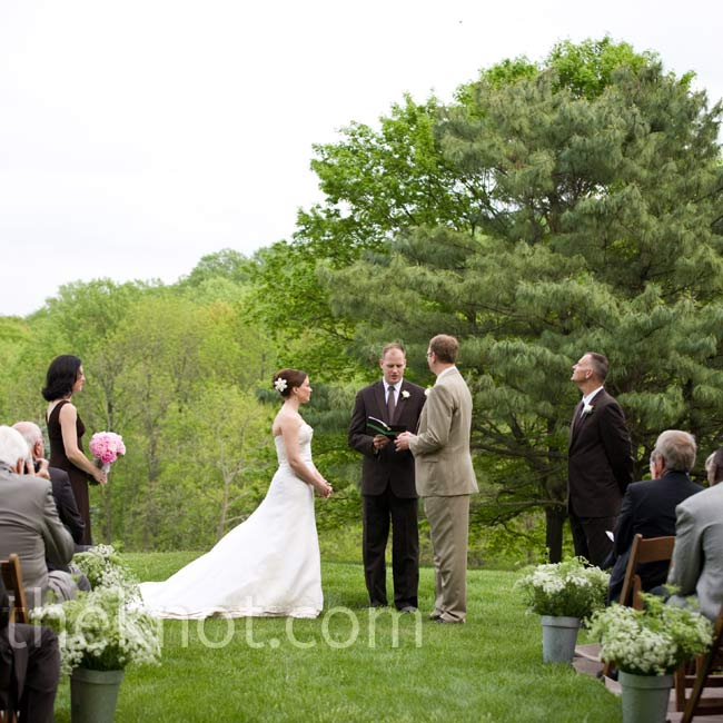 Wanting a casual ceremony, the couple wed in Donna's parents' backyard in front of 130 guests.
