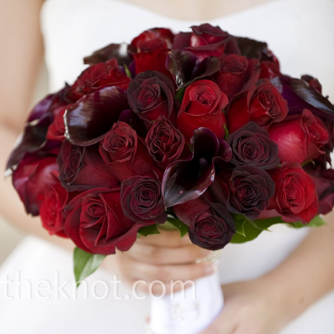 Pinyu's florist added texture to her bouquet by using different shades of her favorite color, red. She used black magic roses, baccara roses, freedom roses, and burgundy calla lilies.
