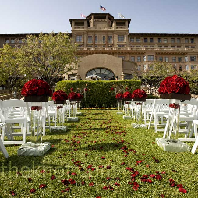 Pinyu and John got married in the Horseshoe Garden with the hotel as their backdrop. Tall rose arrangements gave the space a dramatic look.