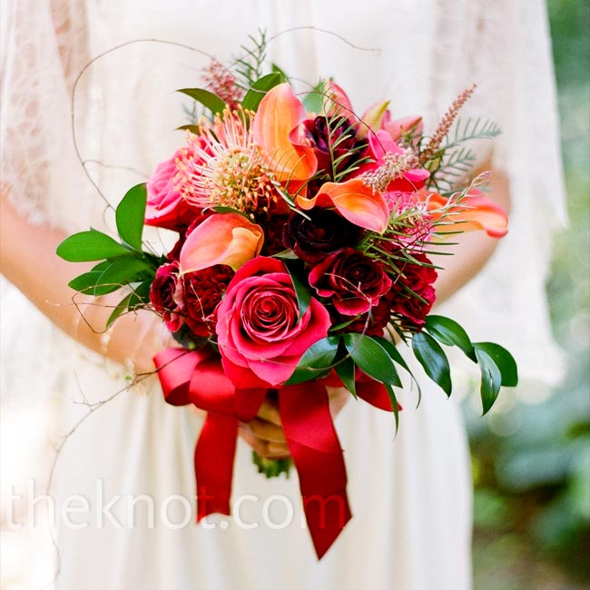 To match her romantic dress, Zena loosely tied roses and in-season red and pink flowers.