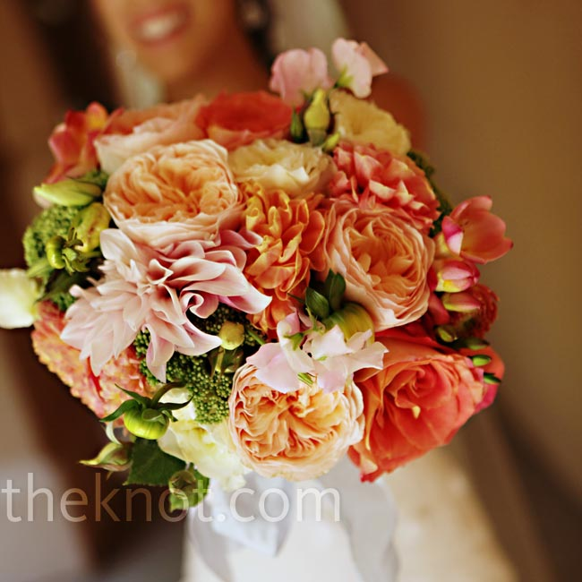 Jen carried a compact mix of tea roses, garden roses, dahlias and sweet peas in shades of pink and orange.