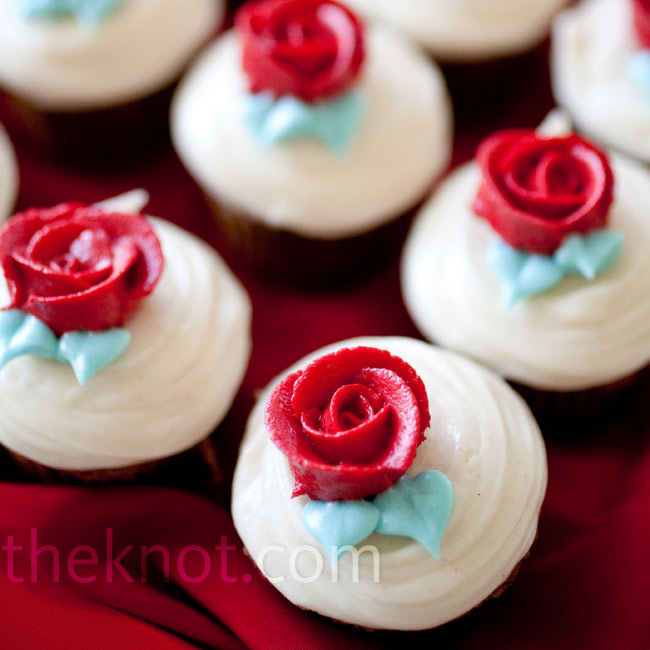 Further encouraging guests to mingle, the couple served bite-size cupcakes.