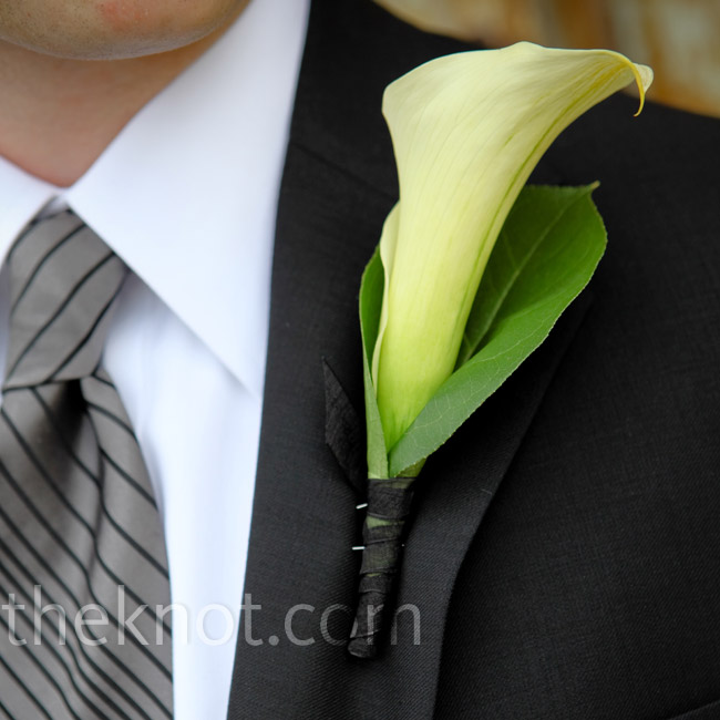 Zach mirrored his bride's bouquet with a single calla lily on his lapel.