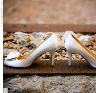 Structured bows adorned the toes of Sarah's Kate Spade pumps and perfectly complemented her contemporary gown.