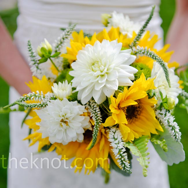 Lindsey carried a bouquet of fresh herbs and seasonal wildflowers, including large sunflowers and dahlias.