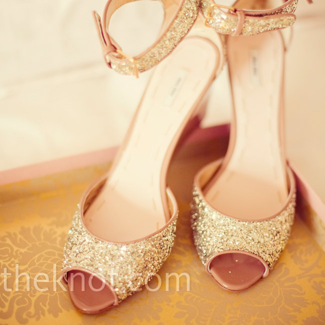 Amy wore gold-glitter peep-toe wedges (a must for an outdoor wedding).