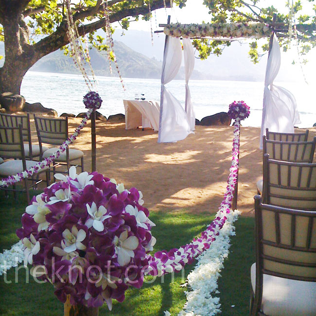 Local orchids lined the aisle of this outdoor Hawaiian ceremony, and Michael let the natural scenery do the rest.