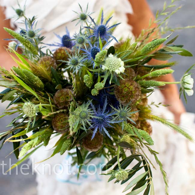 For a just-picked look, Katie held a mix of thistle and wildflowers in earthy tones.
