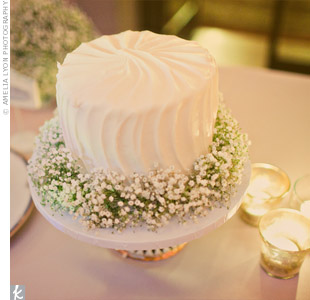 A simple garland of baby's breath surrounded the small cutting cake.