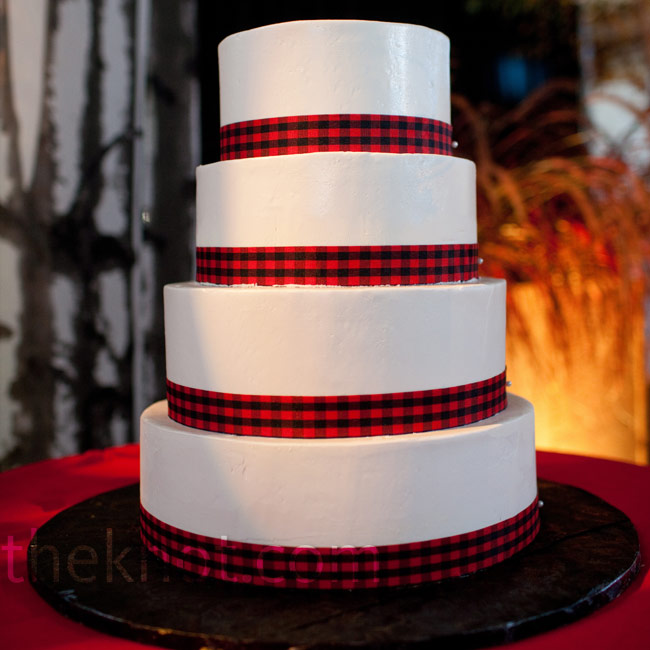 Strips of red-and-black plaid lined each tier of the cake.