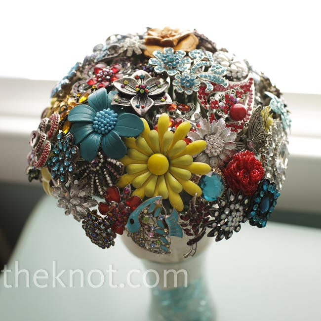 Amanda made her own bouquet using brooches and jewelry she had bought and borrowed from family.