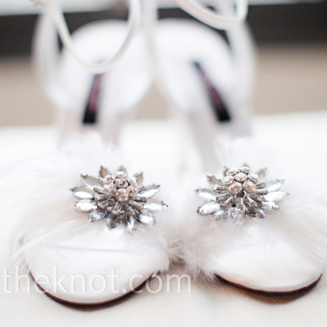 Kelly wore an elegant pair of white sandals accented with white feathers and silver rhinestones.
