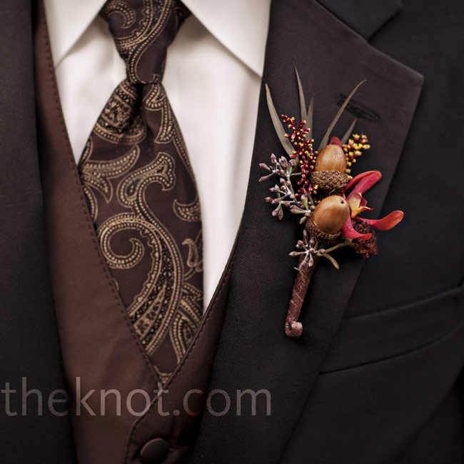 Keeping with the autumn theme, the men wore boutonnieres made of acorns and burgundy spider orchids on their lapels.