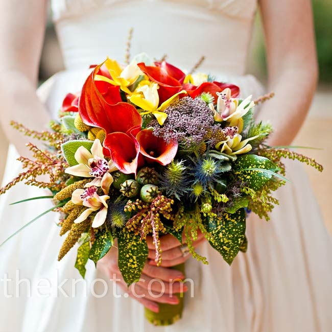 For a just-picked look, Kathryn carried a mix of wildflowers and local tulips, orchids and berries.