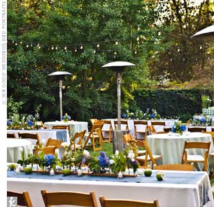 For a truly at-home vibe, banquet and round tables alternated on the grass with hydrangeas, tulips and other greenery on top.