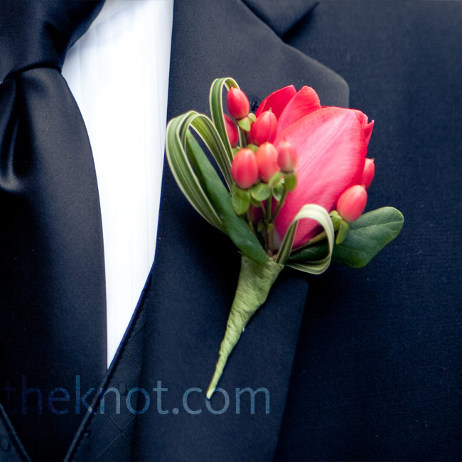 Joe wore a classic black tux and tie with a mini red calla lily on his lapel for a pop of color.