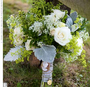 For a laid-back look, Susan carried Queen Anne's lace, berries and spray roses.
