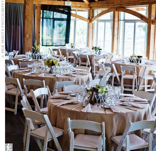Neutral colors filled the space so the views could take center stage. Paper lanterns drew attention to the wooden ceiling.